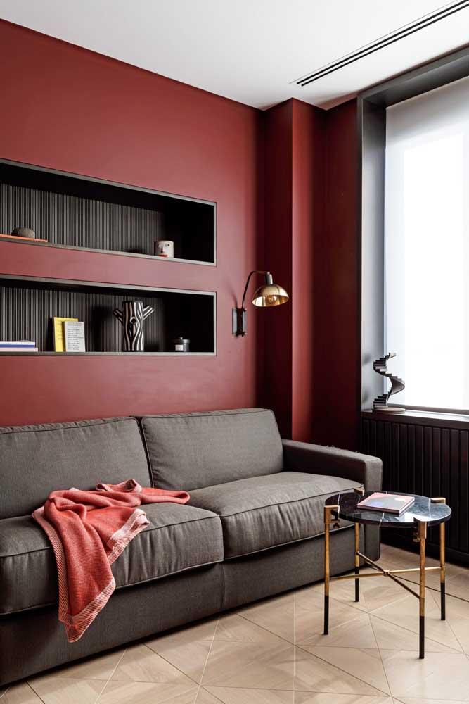 Já pensou em pintar a parede da sua sala na cor vermelho marsala? Como o tom é mais escuro, você pode usar móveis nas cores cinza e a decoração na cor preta ou marrom.