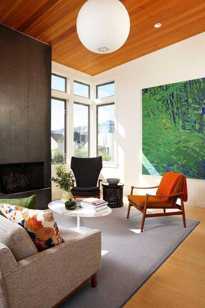 Use um tom de madeira no teto da sala e outro tom no piso para fazer um lindo contraste.