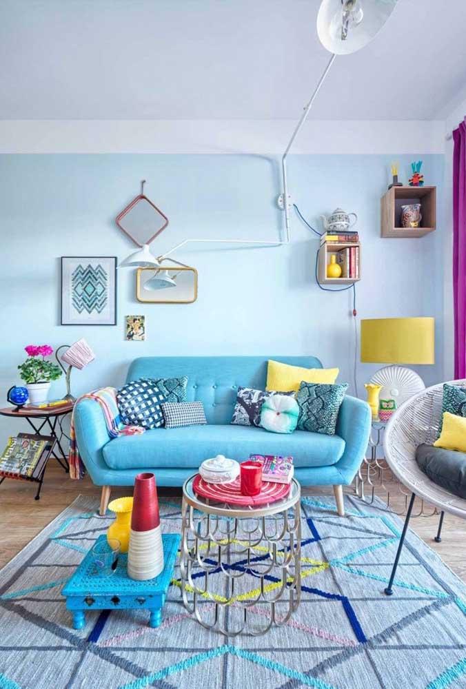 Que tal usar as cores azul e amarela? O azul pode ser usado na parede e em alguns móveis. Já o amarelo fica perfeito nos elementos decorativos.
