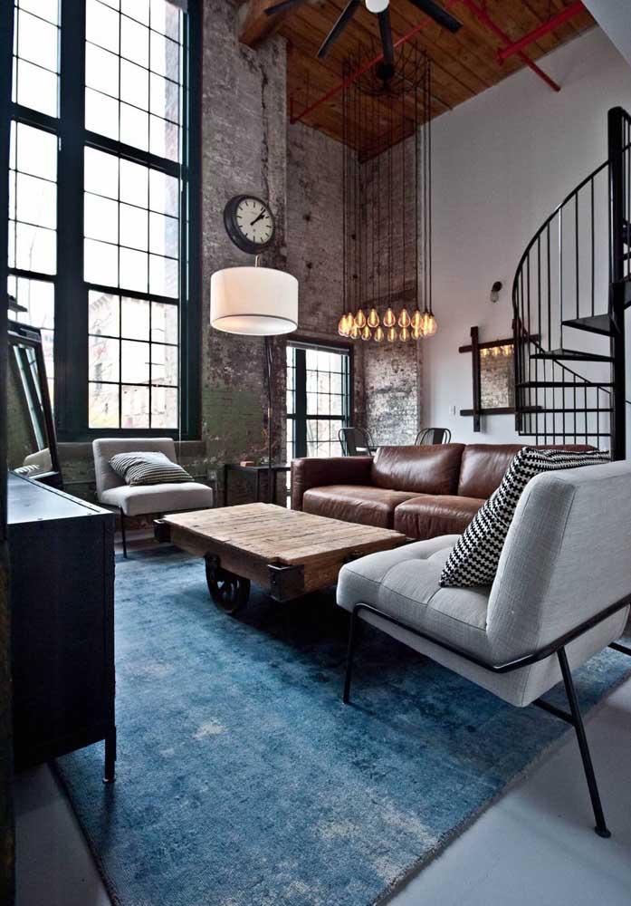 A parede de pedras dá o toque mais rústico e antigo para o ambiente. Você pode complementar a decoração nesse estilo usando reaproveitando móveis velhos e sem uso.