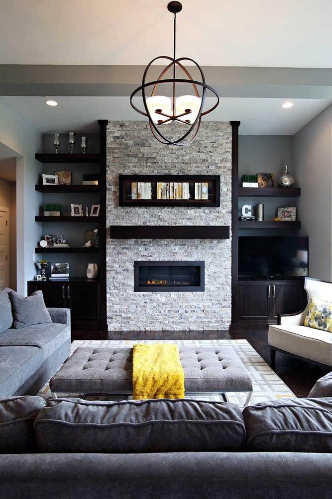 Para deixar a sala mais sofisticada, basta usar apenas uma parede com detalhes diferenciados.