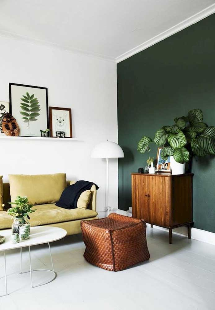 Agora se a intenção é inovar, que tal pintar a parede com a cor verde musgo? O arranjo de planta dá o toque todo especial para o ambiente.