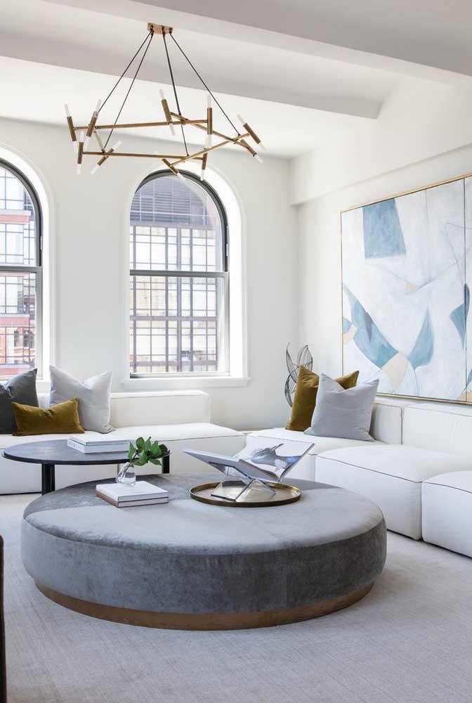 Para deixar o ambiente com uma aparência mais sóbria, use móveis na cor cinza combinando com a parede na cor branca.