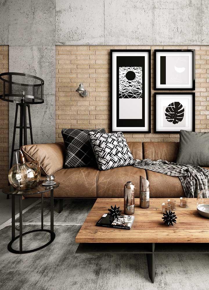 A mistura na parede do cimento queimado com os tijolos ganhou ainda mais destaque com o modelo de quadros que foram usados para decorar o ambiente. Para completar a decoração, a textura do carpete usado combinou perfeitamente com as cores dos móveis.
