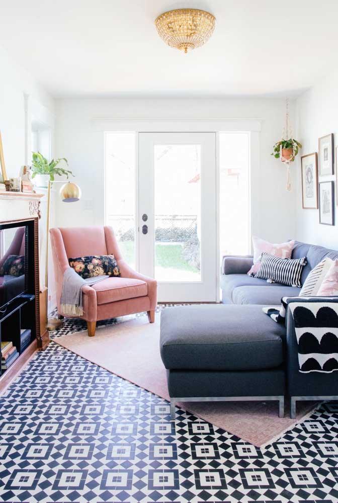 O grande destaque da decoração da sala pode ser o piso. Nesse caso, a estampa da lajota se sobrepõe à todos os outros objetos de decoração.