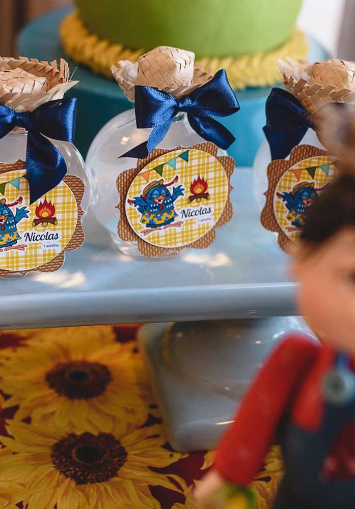 Todos os itens da decoração festa junina infantil devem está no ritmo da festa.