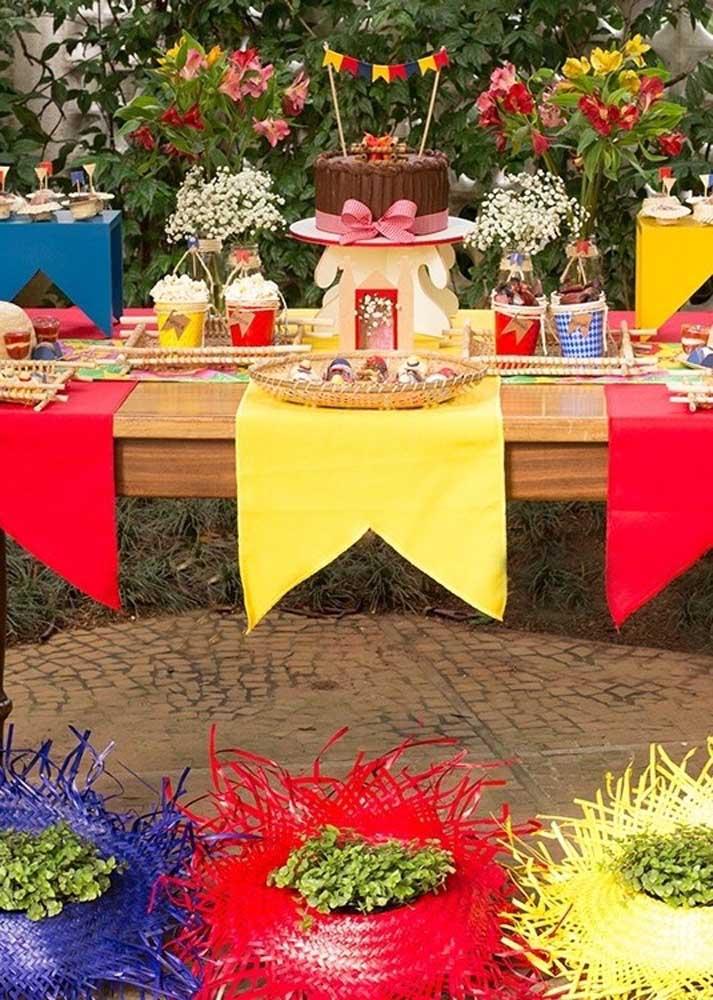 A decoração da mesa festa junina precisa ser caprichada para encher os olhos dos convidados.