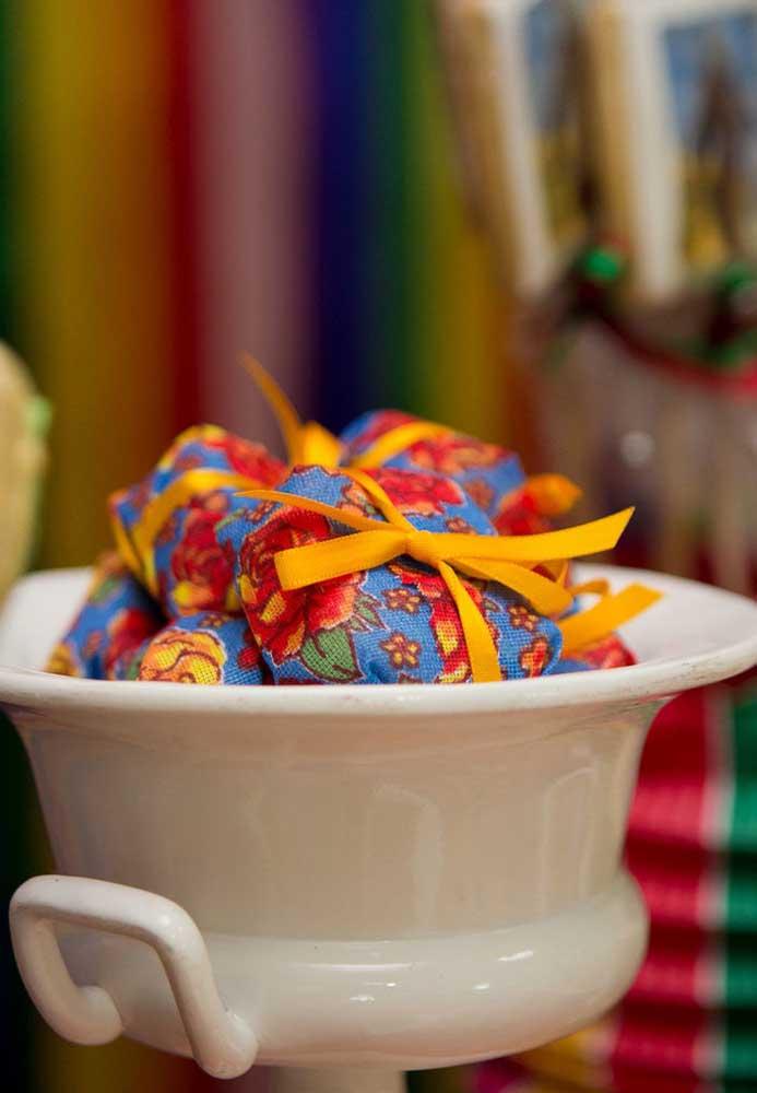 Que tal embalar as guloseimas em tecidos estampados e amarrar com fitas?