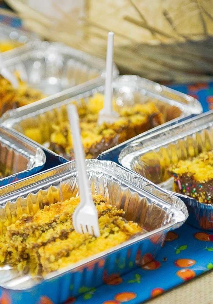 Uma boa opção na hora de servir a comida de festa junina é colocar em embalagens individuais para os convidados ficarem mais à vontade.