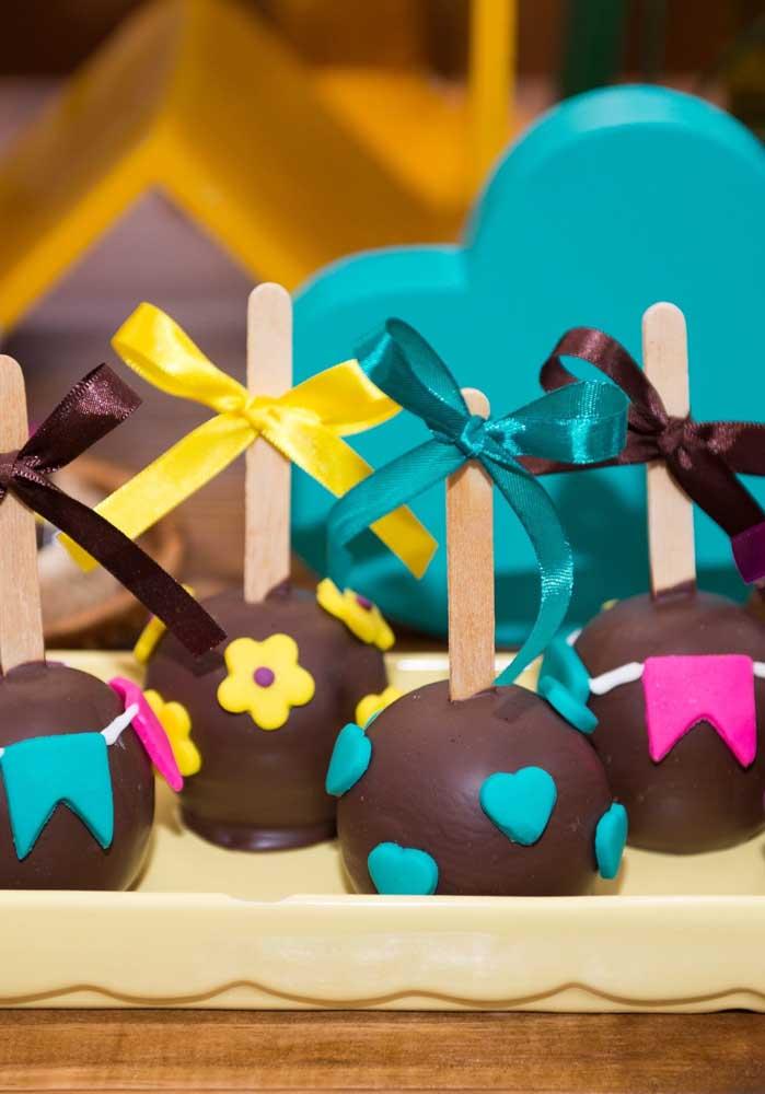 Uma das guloseimas mais pedida nas festas infantis é o cake pop. Na festa junina é só deixá-lo decorado à caráter.