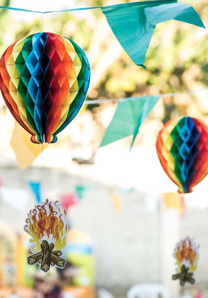 Você já viu festa junina sem balão e fogueira? Então, prepare tudo isso para fazer a decoração.