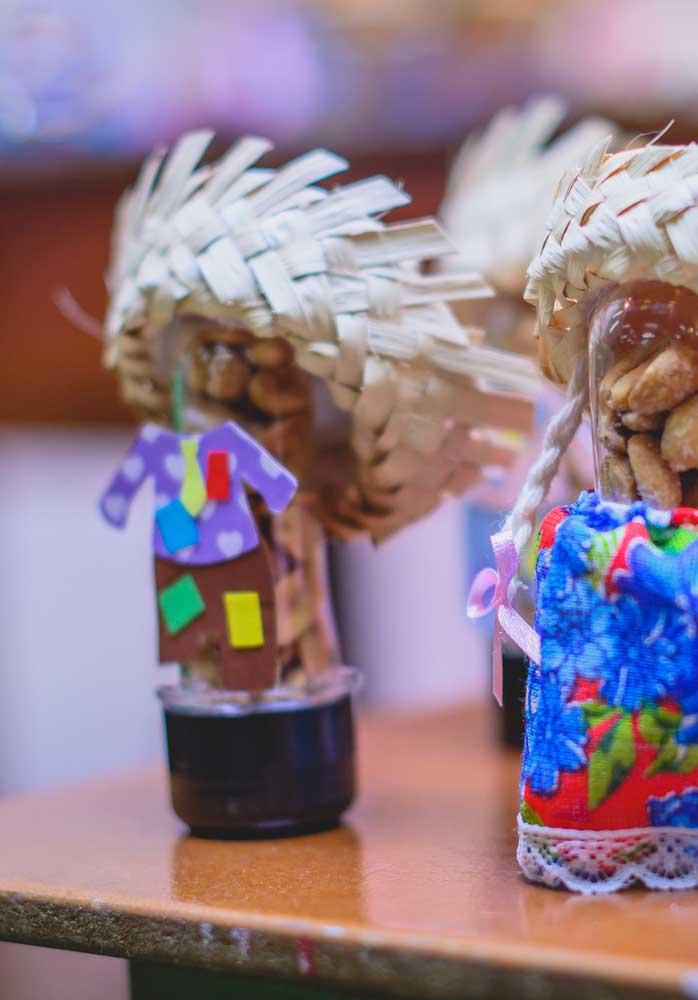 Decore as embalagens das guloseimas conforme o tema festa junina.