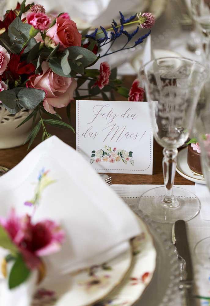 """Se a intenção é fazer uma decoração para o dia das mães mais simples, espalhe cartões com a frase """"Feliz dia das Mães""""."""