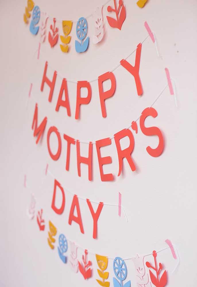 Faça uma decoração do dia das mães usando algumas guloseimas como elemento decorativo.