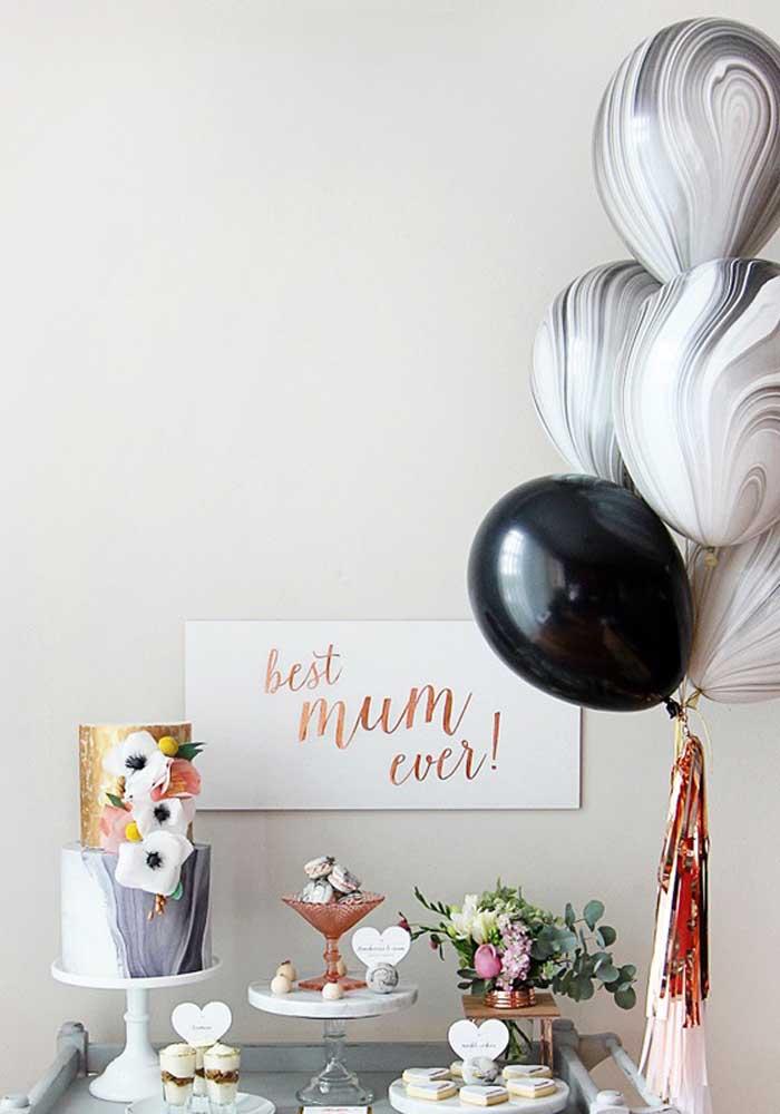 Prepare uma decoração do dia das mães com balões, mas sem precisar exagerar nos detalhes.