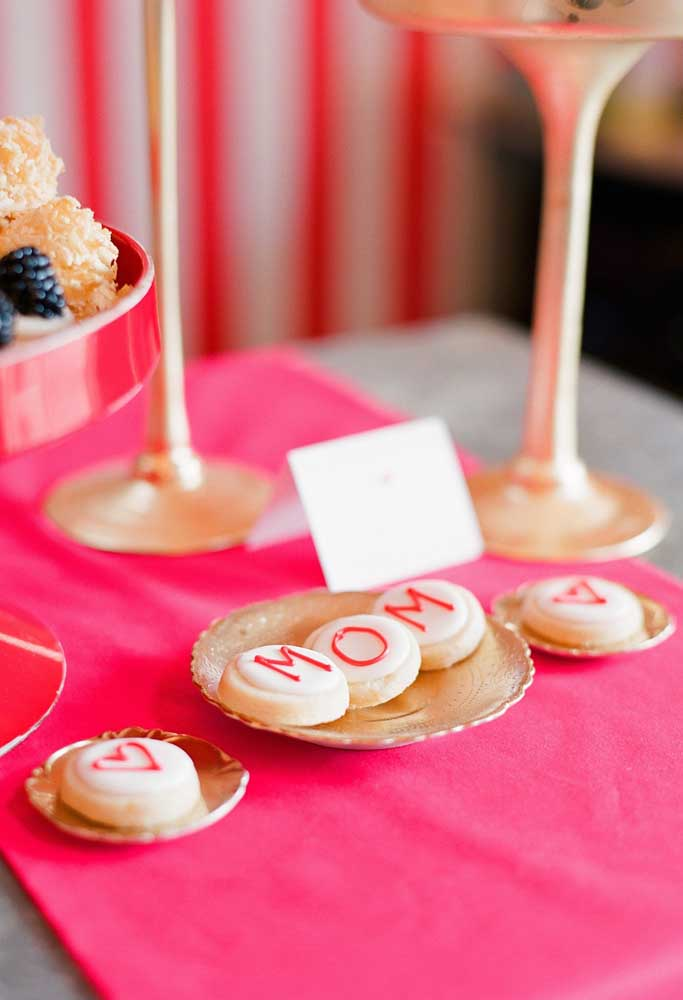 Que tal preparar algumas guloseimas personalizadas para fazer a decoração do dia das mães?