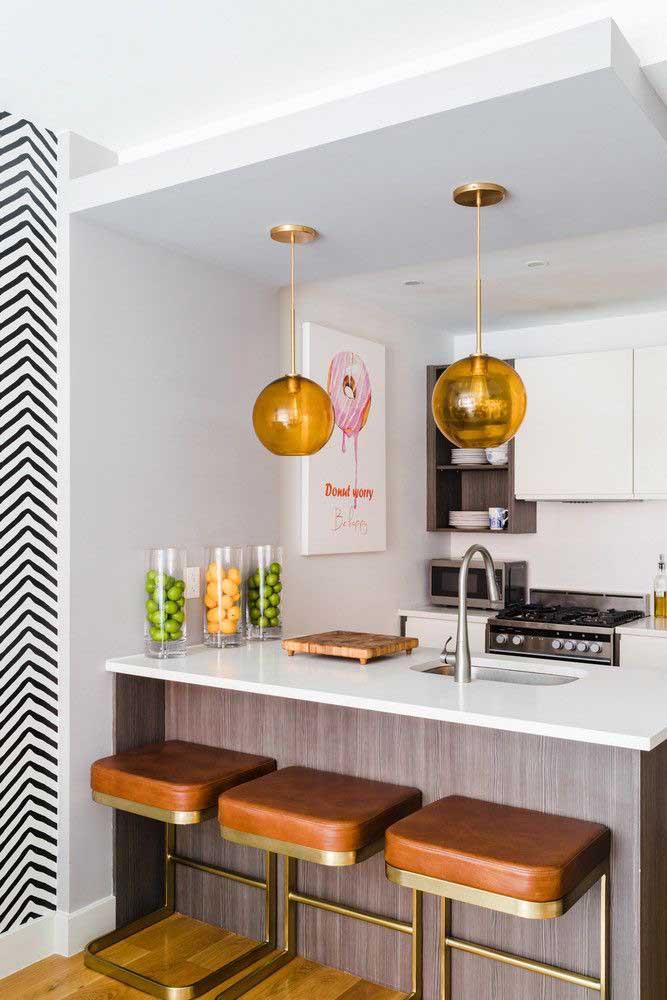 Para enfeitar a cozinha você pode pegar alguns jarros ou potes de vidro e colocar frutas de cores diferentes
