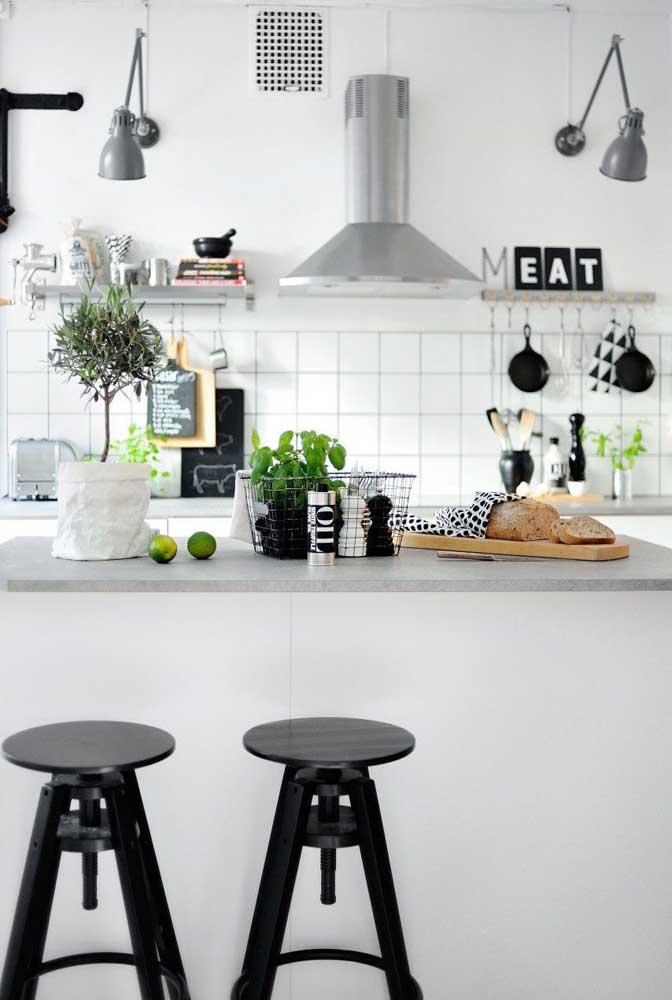 Uma decoração preta e branca é perfeita para a cozinha, ainda mais quando os enfeites seguem o mesmo tom.