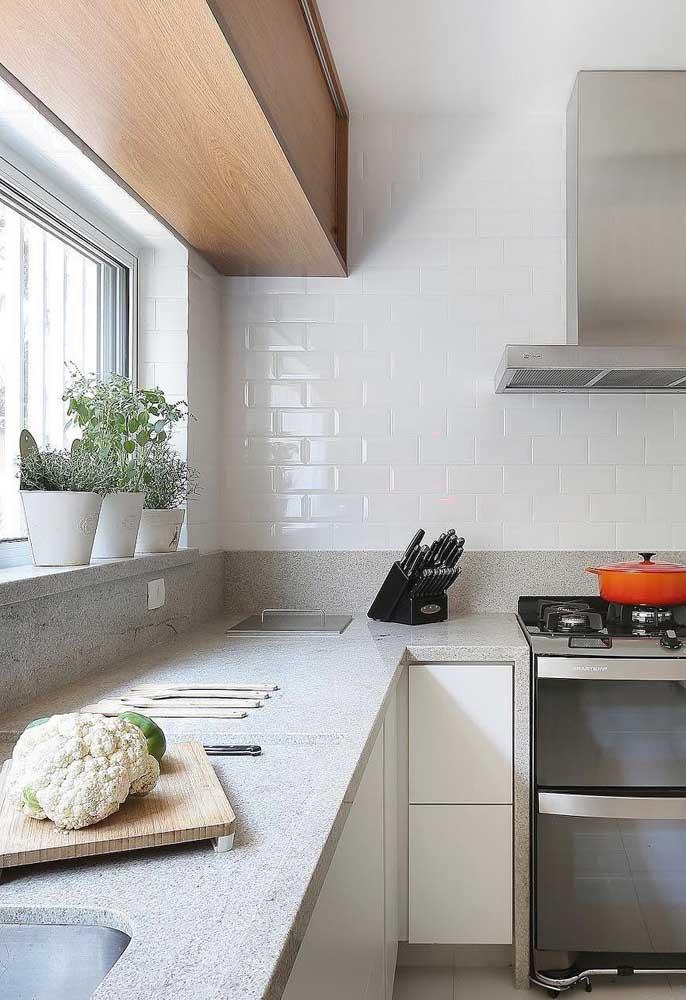 Se você tem uma janela na cozinha, pode colocar alguns vasos com plantas para decorar o ambiente.