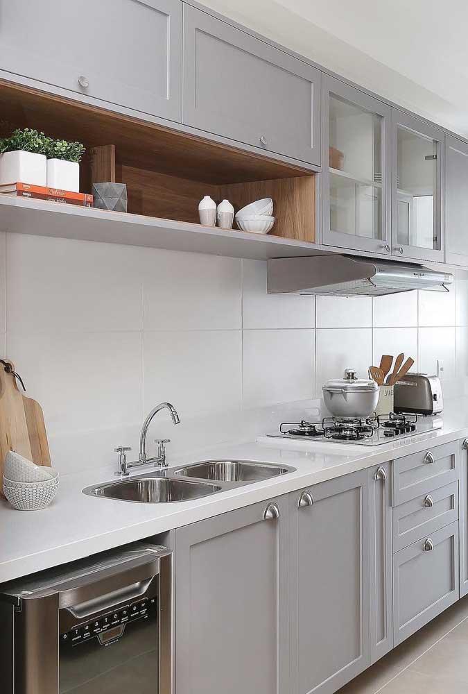 Ao invés de usar pequenos azulejos na cozinha, aposte em tamanhos maiores e na cor clara.