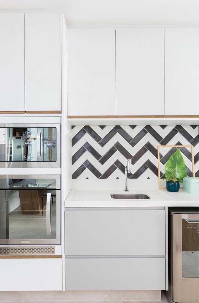 Agora se a intenção é usar o azulejo como o grande destaque da cozinha, invista em modelos e cores diferentes.