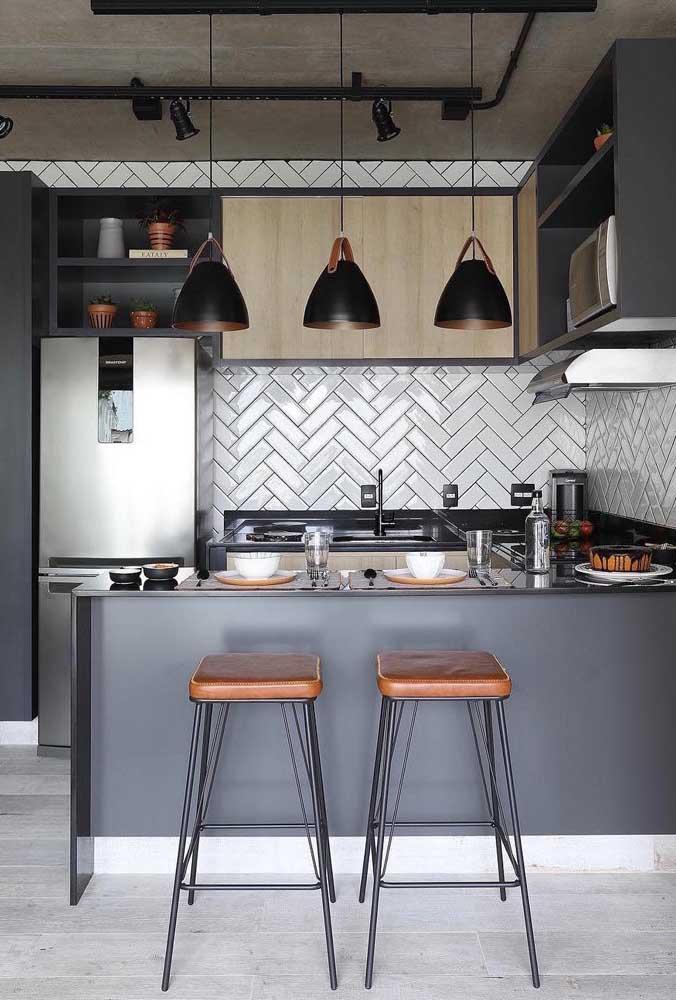 Coloque uma luminária pendente em cima da bancada da cozinha.