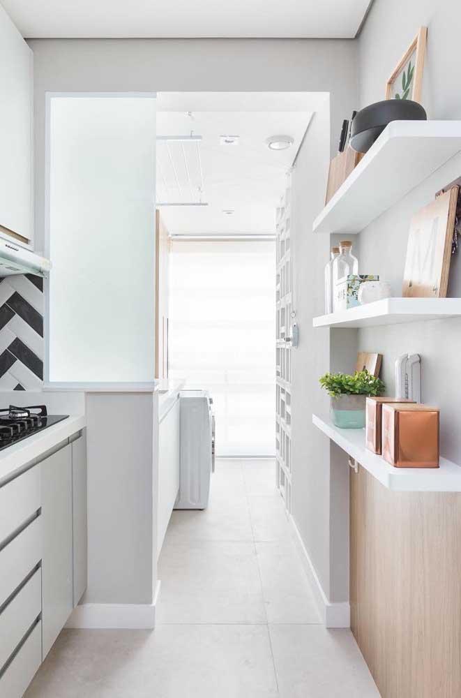 Mas se a cozinha for pequena, use apenas alguns nichos para organizar o ambiente.