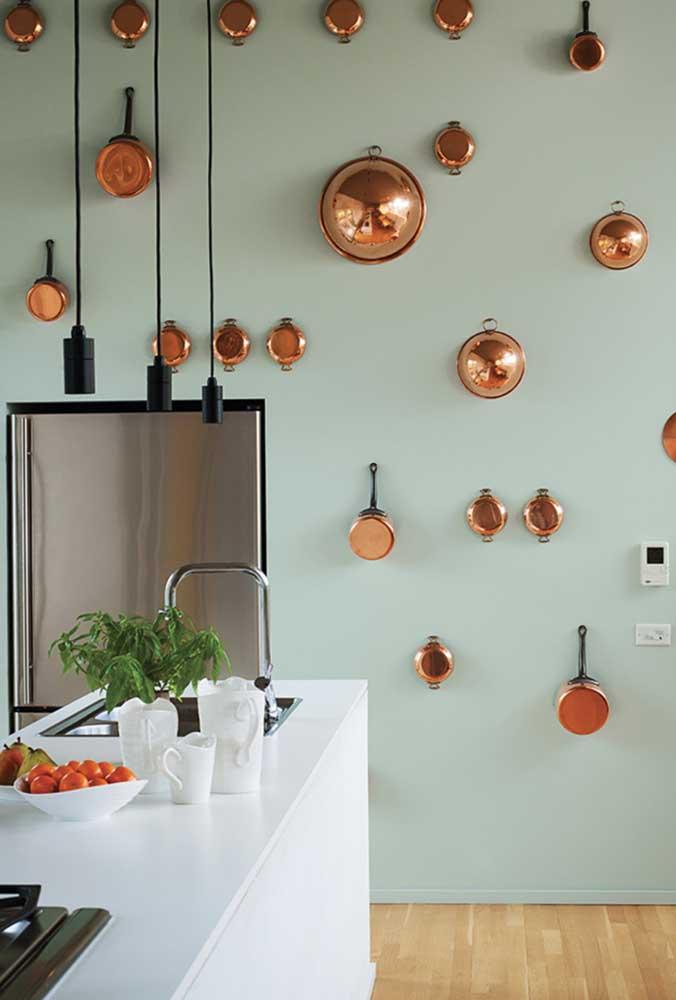 Que tal fazer uma decoração na parede da cozinha usando vários tipos e tamanhos de panelas? O resultado é simplesmente incrível!