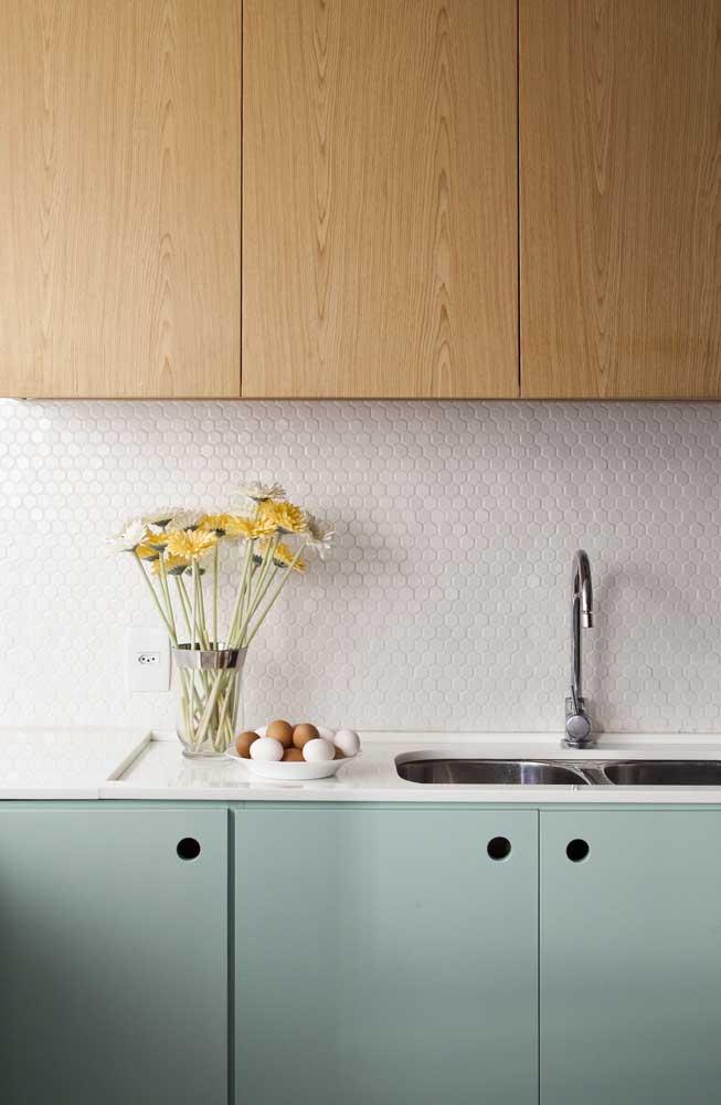 Os ladrilhos são ótimos para colocar na parede da pia. Se a intenção é ter um ambiente clean, aposte em ladrilhos na cor branca.