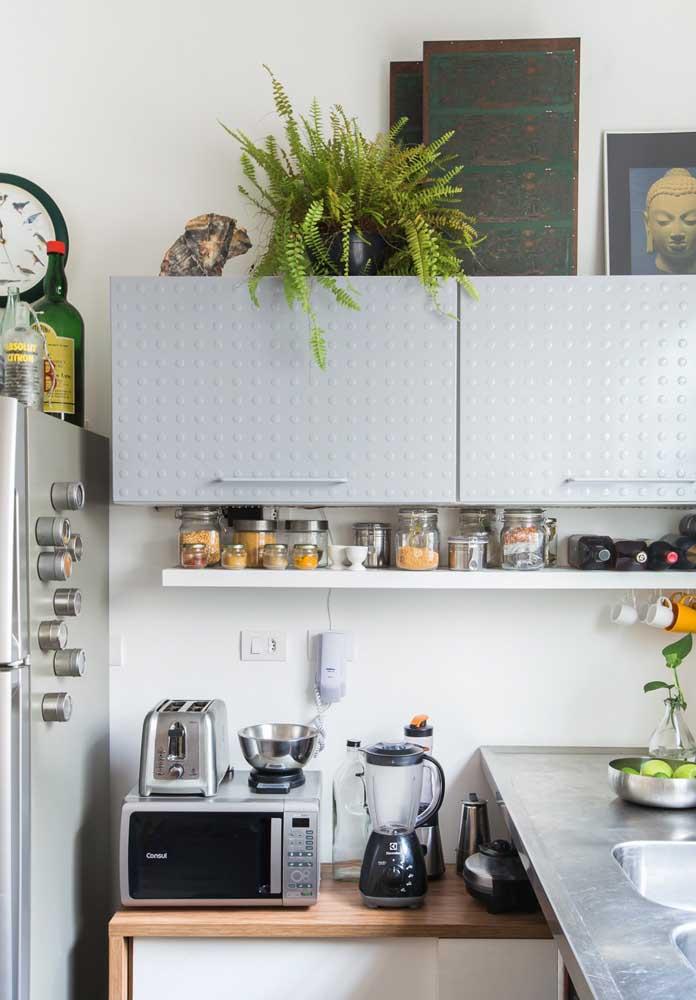 Um vaso com planta fica muito bem na decoração de uma cozinha mais simples.