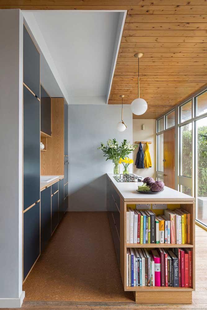 Você sabia que é possível usar o balcão da cozinha como um espaço para organizar seus livros?