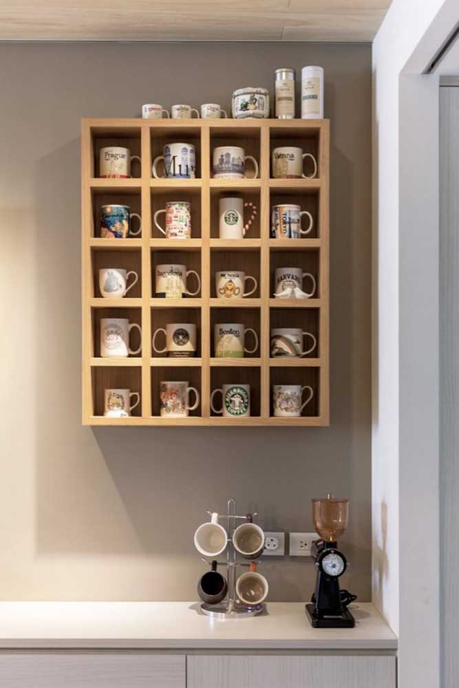 Que tal fazer um armário só para organizar suas xícaras? Pode ser um enfeite perfeito para colocar na parede da sua cozinha.