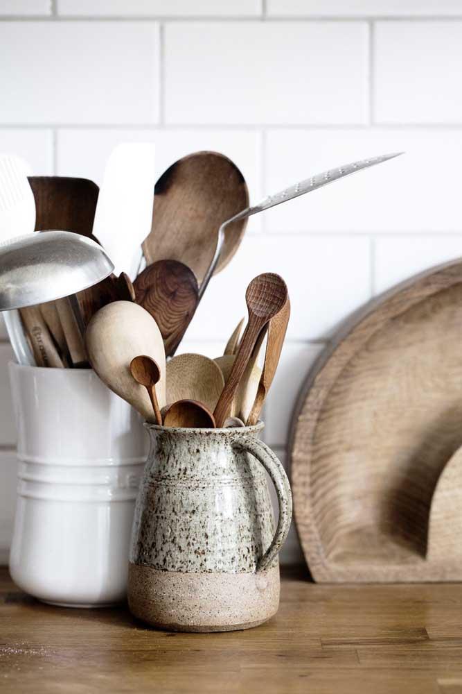 Objetos antigos podem ser aproveitados como enfeites de uma decoração mais rústica na cozinha.