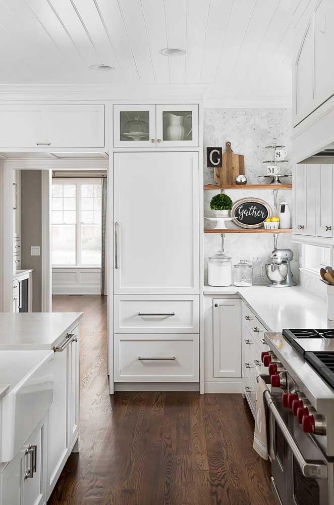 Utensílios metálicos são ótimos para decorar uma cozinha totalmente branca e clean.