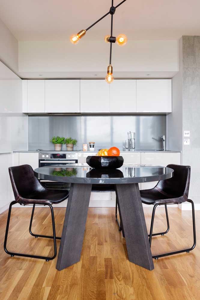 O piso de madeira faz um lindo contraste com o restante da decoração da cozinha.