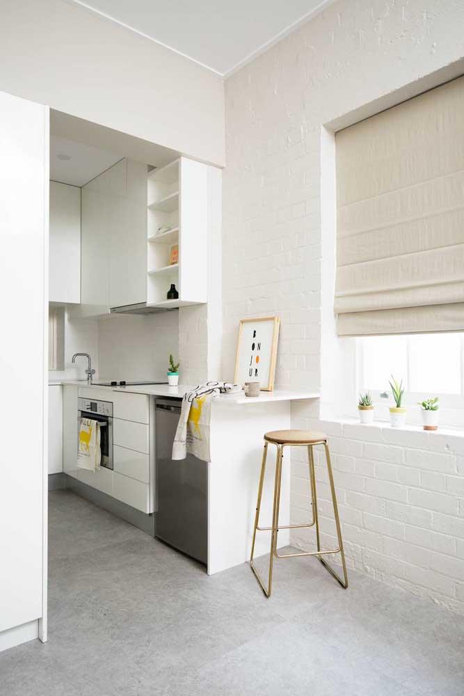 A parede de tijolo branca é perfeita para quem não tem uma cozinha muito espaçosa.