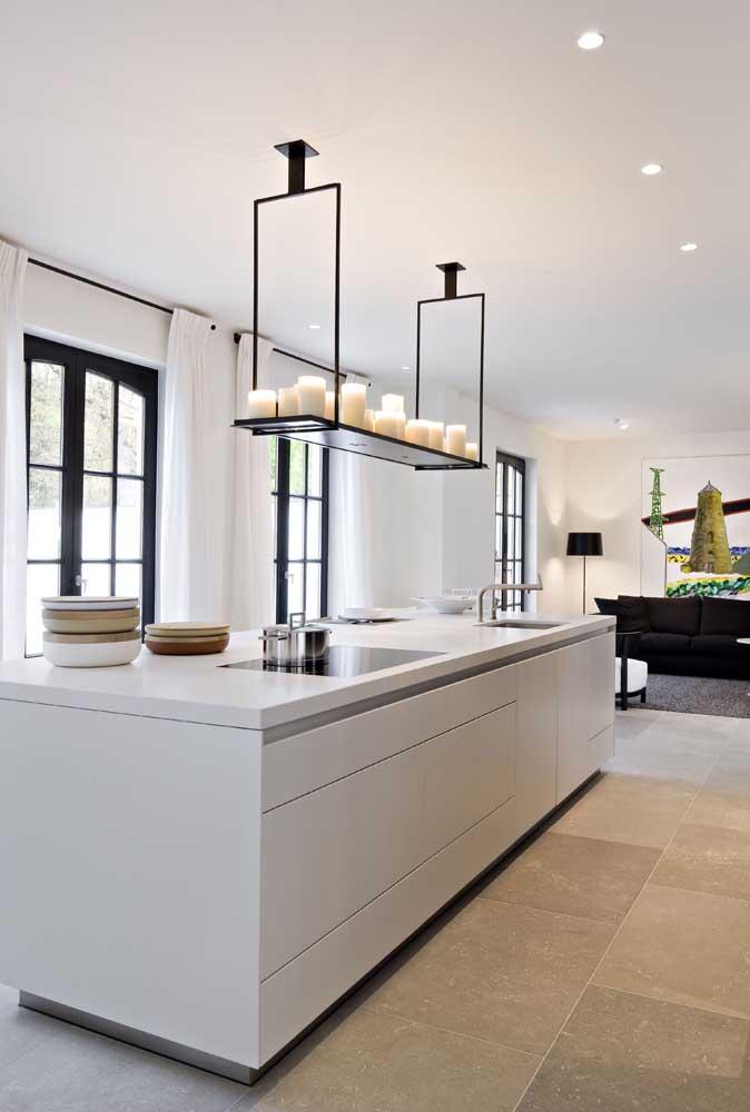 Se a intenção é deixar a cozinha com um ar de sofisticação, aposte em enfeites que servem como luminária e possuem design diferente.