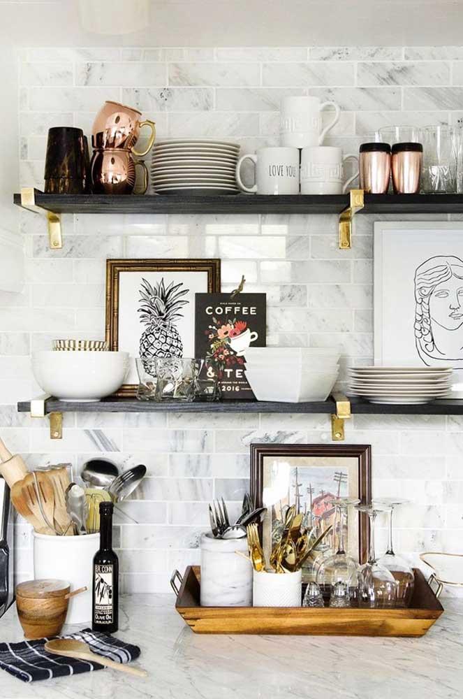 Troque o armário por nichos para organizar seus utensílios da cozinha. Além de serem práticos, são peças que deixam o ambiente mais charmoso.