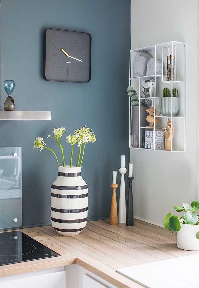 Um belo vaso faz muita diferença na decoração. Portanto, escolha algo que combine com a decoração da sua cozinha.