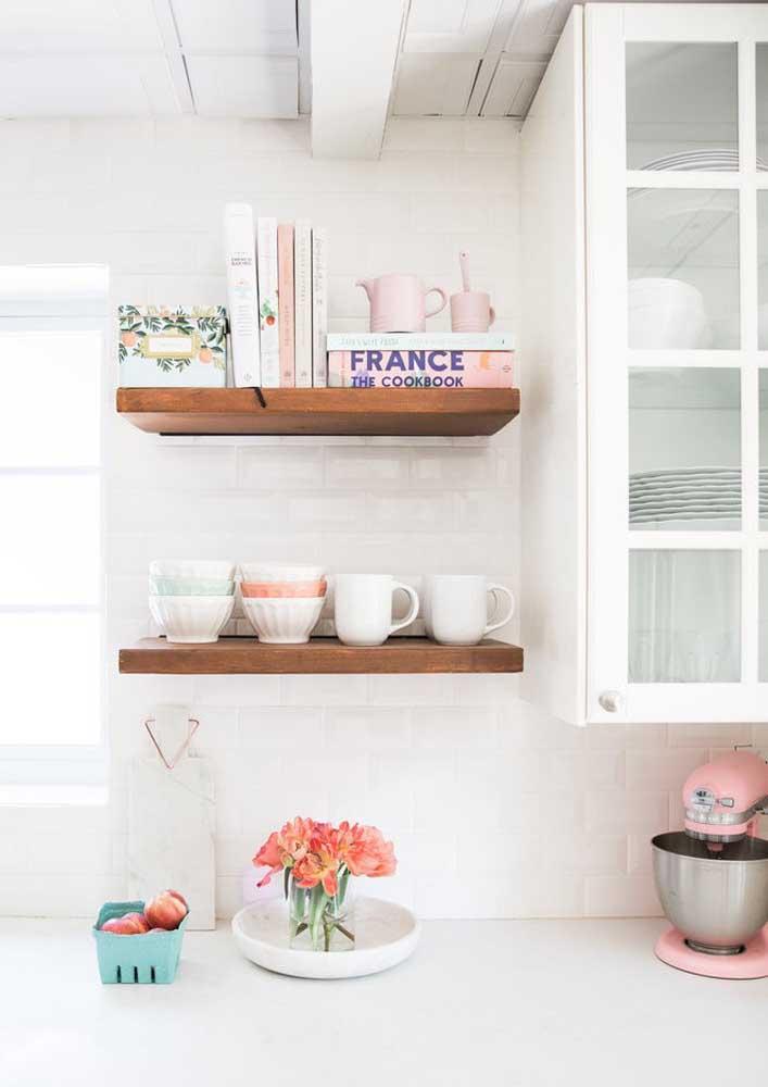 Organize seus livros de receitas e as xícaras em um nicho feito de madeira.