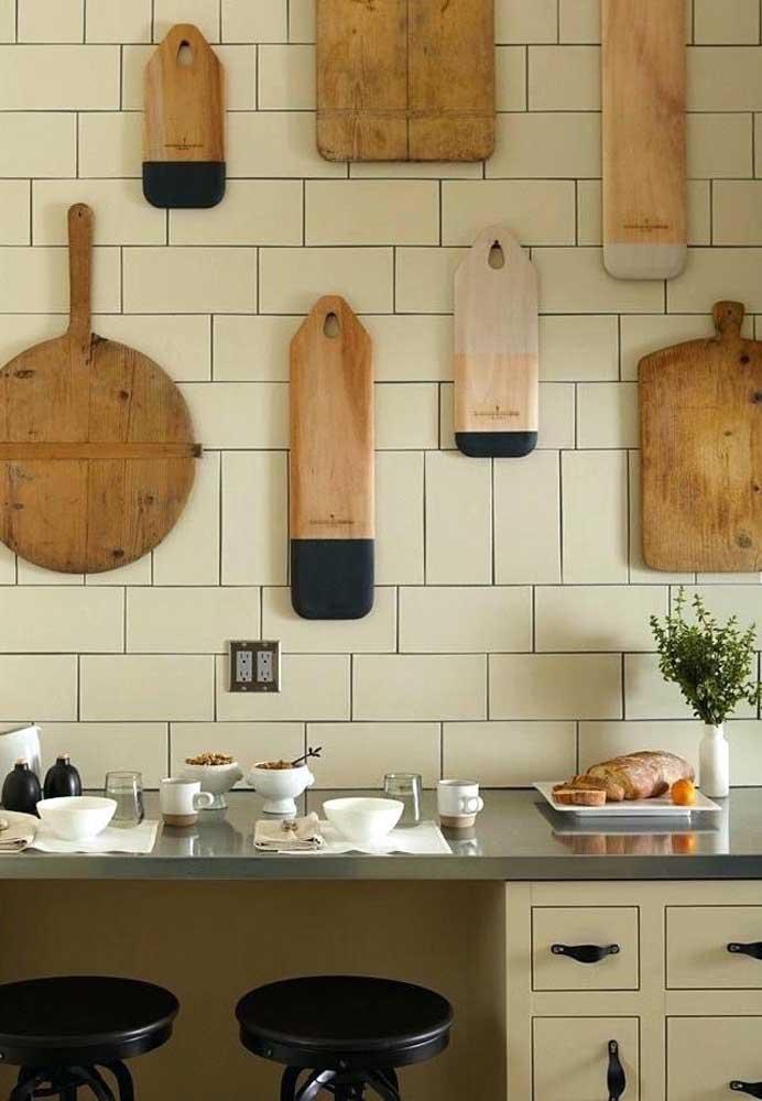 Para uma cozinha mais rústica, que tal fazer pendurar na parede algumas tábuas de cortar em formatos e tamanhos diferentes?