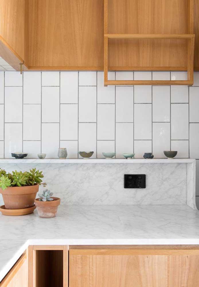 Os vasos tradicionais nunca saem de moda. Nesse caso, aproveite para cultivar a planta de sua preferência e deixe-a bem próxima de você na cozinha.
