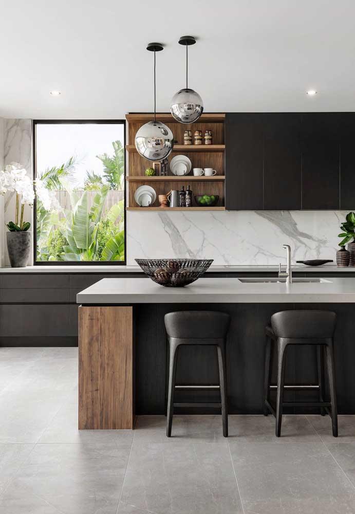 Uma parede feita de granito com estampa diferenciada pode ser o grande enfeite da cozinha.