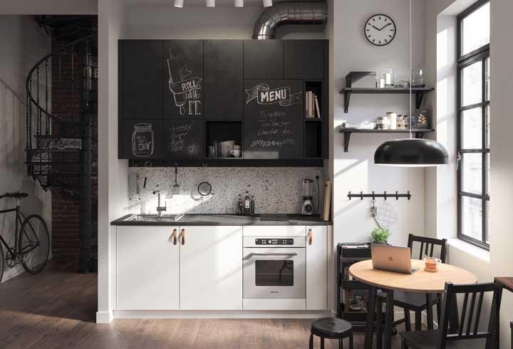 Aposte no armário de cozinha feito com quadro negro. Além de deixar o ambiente super moderno, você pode usar as portas do armário como quadro de avisos e recados ou lembrete de suas anotações.