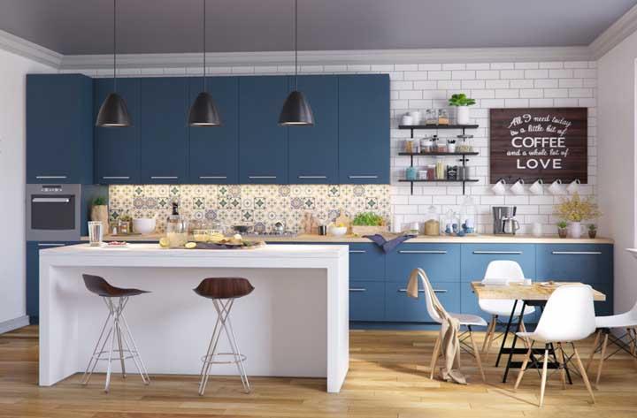Os azulejos decorados são lindos para decorar a cozinha e, nesse caso, a estampa combinou muito bem com os móveis e o restante da decoração.