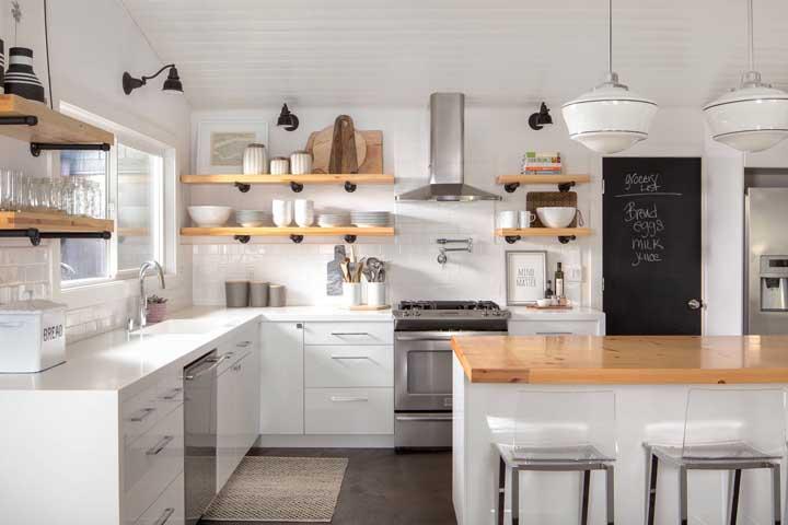 Os nichos de madeira também destacam a cozinha toda branca.