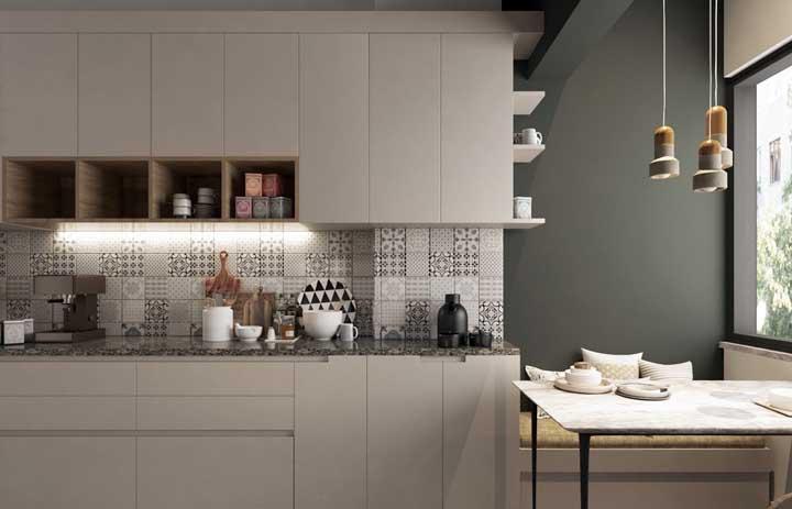 Se você quer usar azulejos na sua cozinha, saiba que é bom usar uma estampa que combine com o restante da decoração e, principalmente, com os móveis.