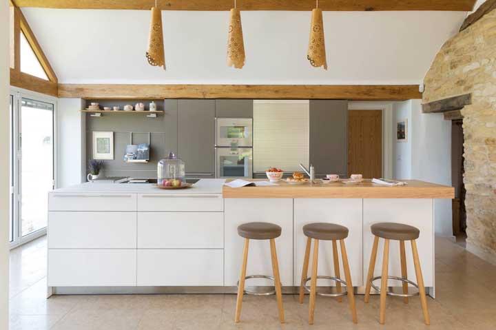 A parede feita de pedra e os detalhes de madeira ficaram perfeitos nessa cozinha rústica, mas com ar de moderna.
