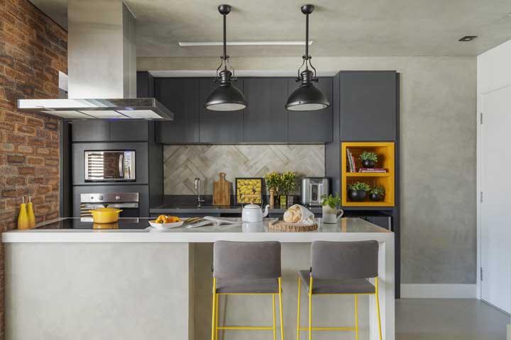 Usar cores contrastantes com o restante dos móveis é uma forma de valorizar cada detalhe do ambiente.