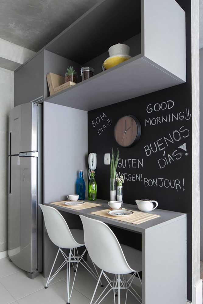 Um quadro negro com algumas frases deixa a cozinha mais moderna e versátil.